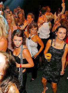 В ночном заведении парни пускают девушек по кругу
