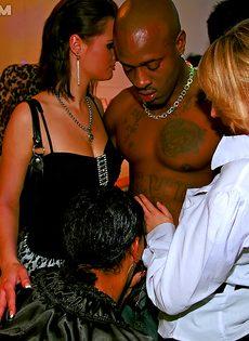 На секс вечеринке девахи удовлетворили незнакомых парней