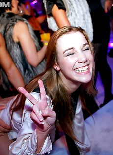 Красивые девушки не отказались от групповушки на дискотеке