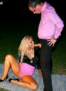 Возле костра мужик трахает во влагалище свою подружку