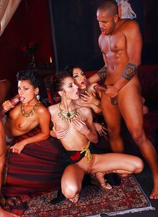 Групповое порно с очаровательными экзотическими девушками