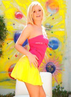 Молоденькая блондинка в короткой юбке желтого цвета
