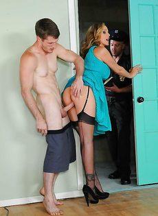 Женщину трахнул молодой сосед и темпераментный коп