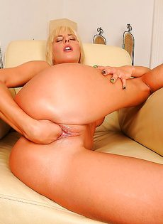 Блондинка медленно засовывает кулак во влагалище