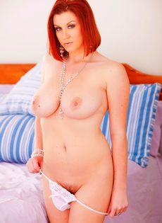 Рыжеволосая аппетитная мадам хочет сексуального наслаждения