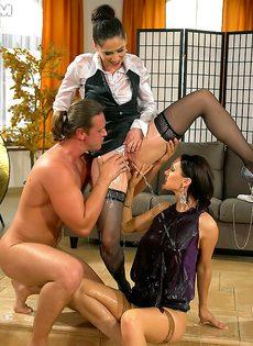 Парень и две девушки занимаются фетишистским сексом