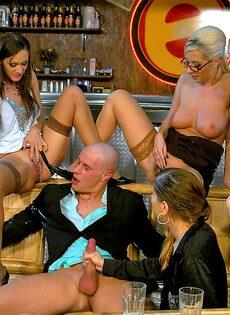Откровенная групповуха в баре с раскованными сучками