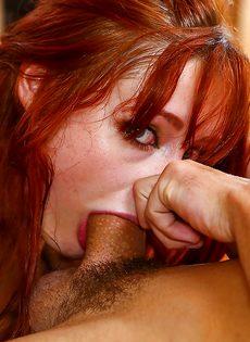 Рыжеволосая сосалка глубоко заглатывает большой хер