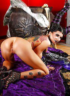 Сексуальная брюнетка Romi Rain позирует в интересном образе
