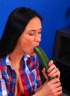 Темноволосая распутница мастурбирует вагину длинным огурцом