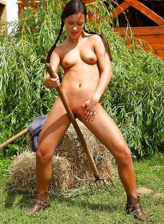 Увлекательная мастурбация молодой сельской девушки