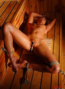 Связанная красавица парится в сауне