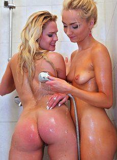Две сексапильные блондинки принимают душ вместе