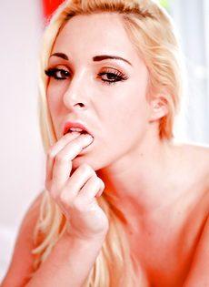 Обворожительная и ухоженная блондинка ждет трахаря