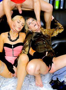 Секс с горячими блондинками с различными фетишистскими штучками