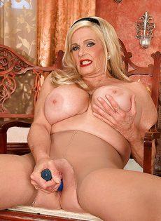 Белокурая старушка приобрела себе секс игрушку