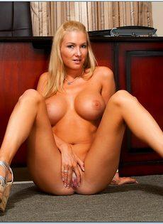 Блондинка с большой грудью расположилась на полу