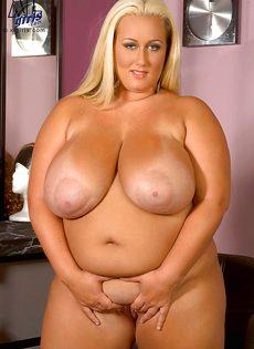 Жирная блондинка показала свои пышные дойки