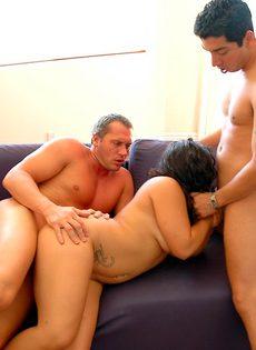 Два мужика с двух сторон трахают аппетитную подружку