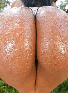 Большая мокрая задница сногсшибательной латинской девушки