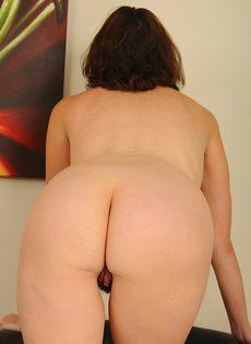Горячая женщина с волосатой дыркой становится в позу раком