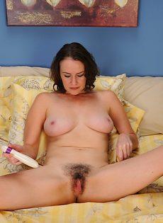 Тетка водит секс игрушкой по волосатой промежности