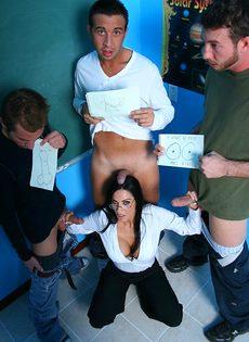 Молодые парни пустили по кругу красивую преподавательницу