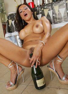 Бабенка выпила шампанского и устроила развратное соло