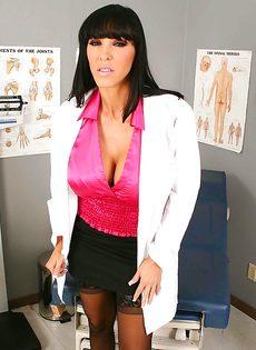 Сексапильная врачиха в возрасте Veronica Rayne