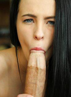 Изумительная брюнетка сосет большой и толстый пенис
