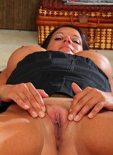 Пухлая женщина легла на полу и раздвинула половые губы