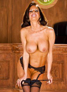 Стройная женщина сексуально снимает с себя трусики