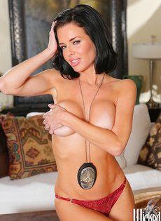 Зрелая полицейская с большой силиконовой грудью хочет трахаться
