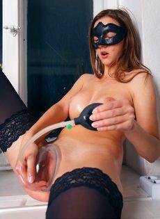Красавица в маске развлекается с вакуумной помпой