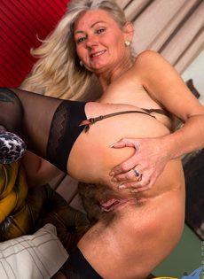 Во время эротической фото сессии старушка показала обе дырки