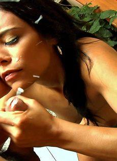 Удовлетворенная латинская девка принимает сперму на личико