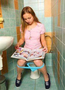 Очаровательная молодушка ласкает киску пальчиками в туалете