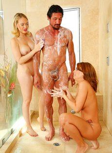 Сучки порадовали подкачанного мужика нуру массажем