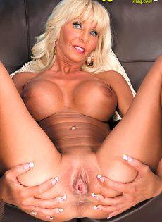 Грудастая женщина со светлыми волосами раздвигает половые губы