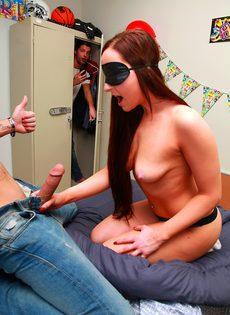 Секс-игры в слепую с парнями из колледжа
