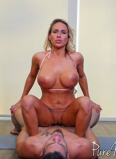 Женщина с силиконовыми сиськами налезла дыркой на пульсирующий хер