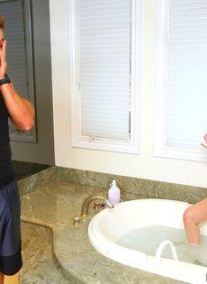 Парень трахает в ванной грудастую Стеллу Кокс