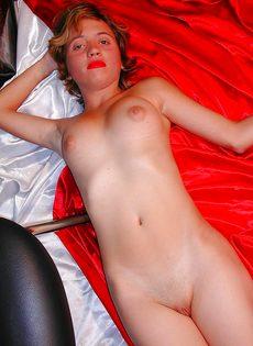 Похотливая девица раздевается и показывает интимные зоны