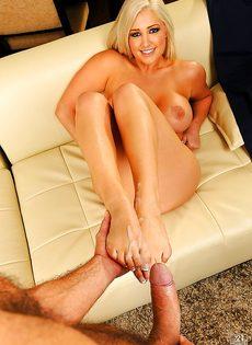 После вагинального совокупления кончает на ножки блондинки