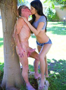 Порно Втроем Со Стариком