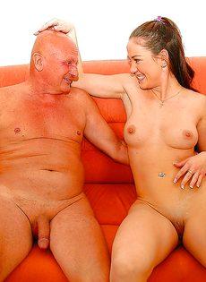 Привлекательной молодке удалось удовлетворить старого деда