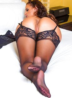 Сексуальная мамаша в черных чулках хвастается ухоженными дырками