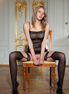 Начинающая молоденькая модель в сексуальных черных чулках