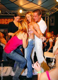 Девушки в красивом нижнем белье эро танцы, минеты в спорте ролики