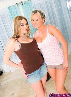 Две сиськастые девицы